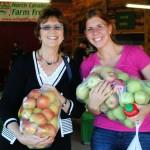 ladies-buying-apples